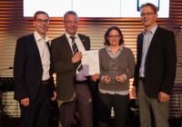 Dr Martin Krebs (2nd from left) hands the Best Prototype / New Product-award to Johannes Schad, Katrin Riethus and Bernhard Herold of PolyIC (picture: Messe München)